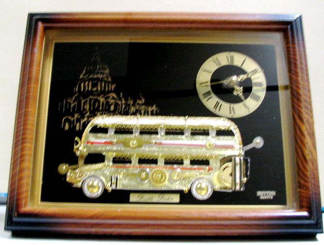 Doppeldecker-Bus mit Quarz-Uhr
